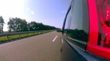 Conduciendo un coche pov. referencia del lado izquierdo. — Vídeo de stock