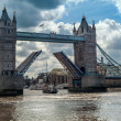 图库照片: Bridge over River Thames