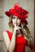Mädchen in einem hut rot retro — Stockfoto