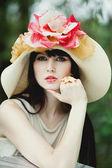 Piękna dziewczyna w kapeluszu — Zdjęcie stockowe