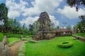 Vista de kidal templo al lado de jardín — Foto de Stock