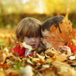 Foto Stock: Children in autumn park