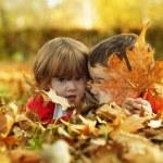 bambini nel parco d'autunno — Foto Stock
