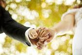 Para trzymając się za ręce — Zdjęcie stockowe
