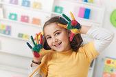 Bellissima ragazza a giocare con i colori — Foto Stock