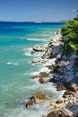 Bord de mer avec des roches — Photo
