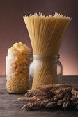 Pasta, spaghetti in glazen potten — Stockfoto