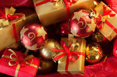 Christbaumkugeln und geschenke — Stockfoto