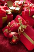 圣诞礼物和摆设クリスマス ・ ギフトと安物の宝石 — 图库照片