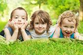 Niños felices divirtiéndose — Foto de Stock