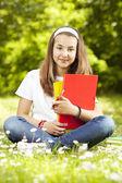 Ragazza adolescente con i libri nel parco — Foto Stock