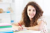 Adolescente a fare i compiti — Foto Stock