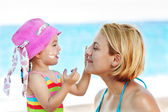 Daughter Protecting Mom of the sun — Stock Photo