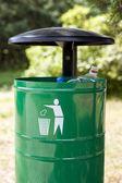 Cestino cestino con bottiglie di plastica visibile. — Foto Stock