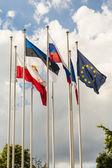 Vlajka evropské unie a příznaky jiné země. — Stock fotografie