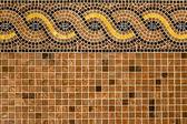 Mozaïek in oude stijl gestapeld met kleine bruine, gele, blauwe tegels. — Stockfoto