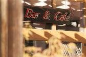 Bar ve kafe girişi yukarıda neon tabela. — Stok fotoğraf