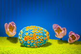 Decorated eggs and spring flowers tulips - symbols of Easter. — Stockfoto