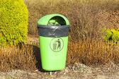 Yeşil çöp kutusu, plastik torba görünür. — Stok fotoğraf