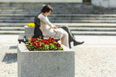 Silhouette of a woman sitting on a bench in the city. — Stock Photo