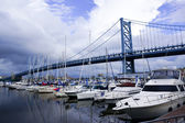 Benjamin franklin bridge and yachts — Stock Photo