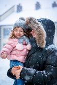 Gündüz baba ve kız enhoying kar — Stok fotoğraf