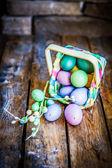 仿古木制背景上的篮子中的复活节彩蛋 — 图库照片