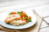Oven baked chicken in gravy with mashed potatoes and vegetables — Stock Photo