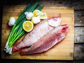 Guachinango fresco preparación con limón y verduras — Foto de Stock