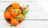 在木制的背景上篮子里的橘子 — 图库照片