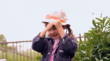 The little girl in the Panamanian laughs, spins — Stock Video