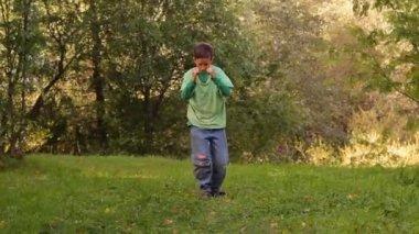 Boy dancing tumble two girls run to him — Stock Video