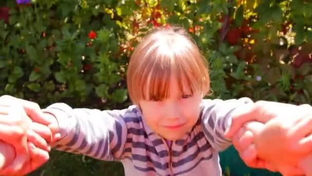 La jeune fille garde sur le parcours en plein air, cercle, tournent — Vidéo