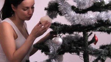 女孩和圣诞树 — 图库视频影像