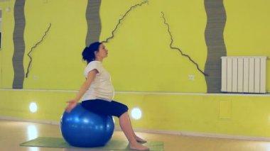 一名孕妇做球,瑜伽练习 — 图库视频影像