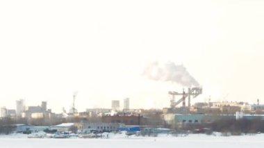 Esquiador vai contra o fundo de chaminés de fábrica e fumaça — Vídeo stock