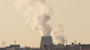 Emisiones de las fábricas humo sobre la ciudad, invierno — Vídeo de stock