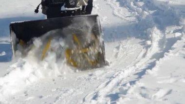 Kar makinesi ve kürek kürekle erkekler — Stok video