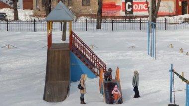 Children are tobogganing, winter — Stock Video