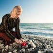 Blond Girl on the seaside hiding a heart — Foto Stock