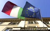 Italiaanse vlag en de europese unie zwaaien in de straat — Stockfoto
