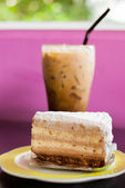 Iced coffee and cake — Stockfoto