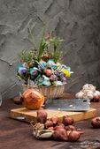 Shallots , Onion , Garlic , Chopping board , Knife , flower with — Stockfoto