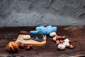 Shallots , Onion , Garlic , Chopping board and Knife  — Stockfoto