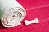 Bandagem médica tensor elástico com reflexão com colo cereja — Fotografia Stock