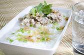 Löskokta ris fläskfilé med glas vatten — Stockfoto