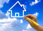 Ruční kresba ikonu domečku na modré obloze. — Stock fotografie