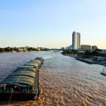 schwimmende Schiffe auf den Fluss Chao Phraya in Bangkok. Thailand — Stockfoto #27416455