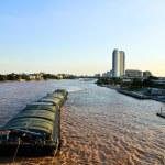 navi galleggianti sul fiume chao phraya a bangkok. Thailandia — Foto Stock