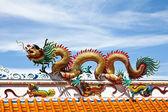 彩龙中国寺庙屋顶上的雕像. — 图库照片